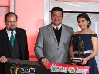 La Deportista del Año 2018, Laura Ovalle, junto al alcalde Armando Cabada y el director del IMDEJ Francisco Ibarra