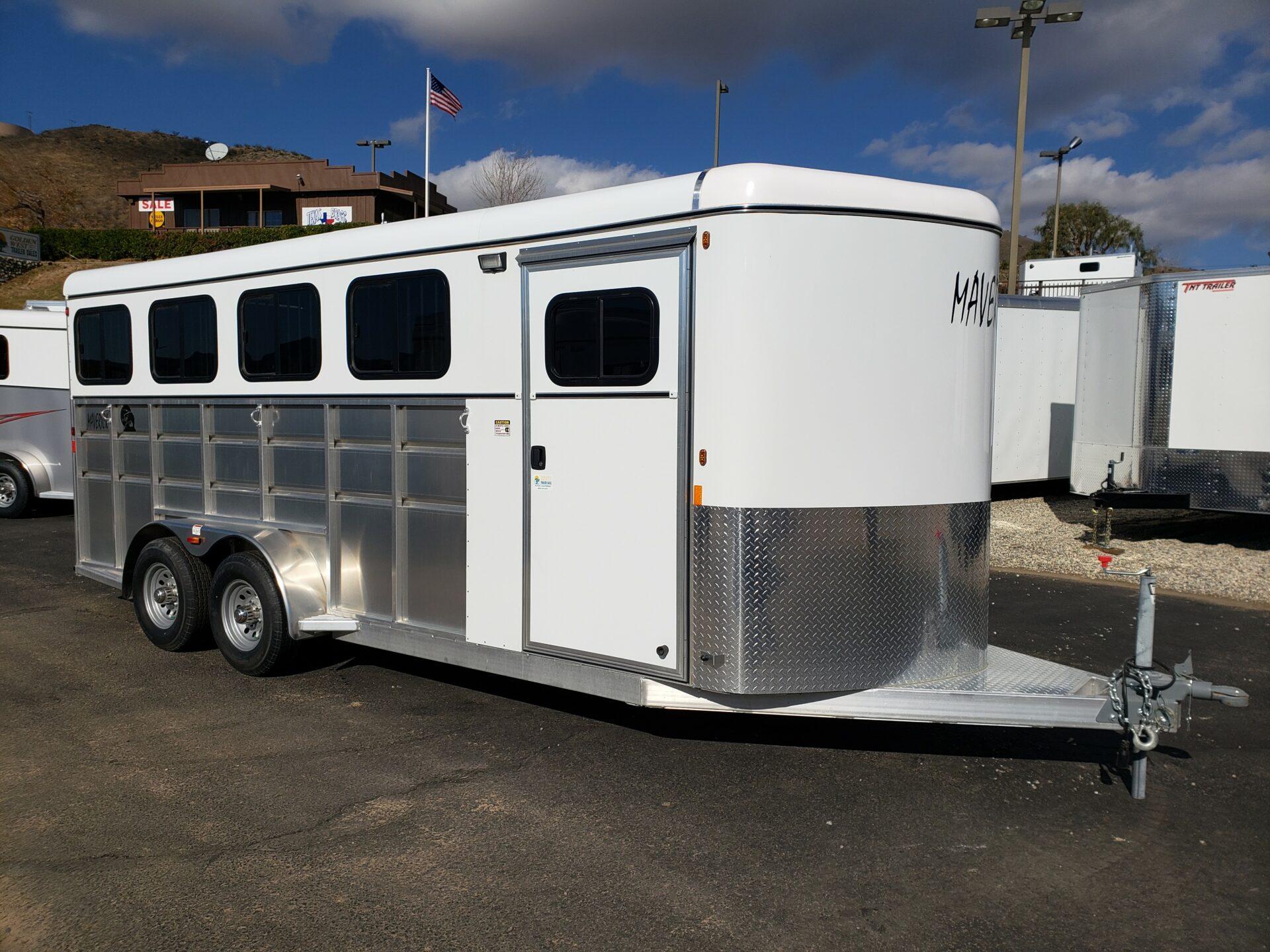 Maverick Lite 4-Horse Dlx - Passenger side front 3/4 view