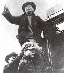 图为一二‧九运动时,黄敬在电车上演讲。