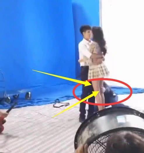 导演教景甜动作时,手放在景甜的大腿上?