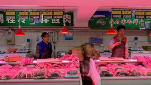 中国官方公布11月份居民消费价格指数按年上升4.5%,为8年以来新高,食品价格按年上升近20%,尤其猪肉价格上升一倍以上。(路透社)