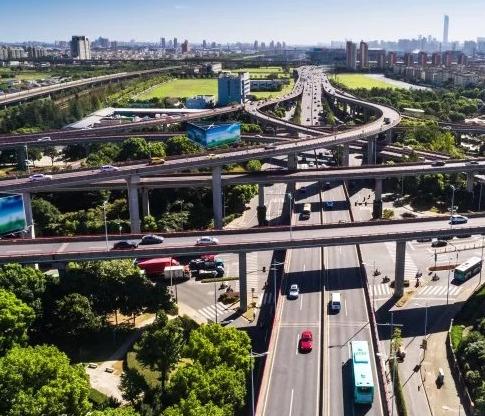 公路收的费根本不够花,还欠了5.7万亿的巨债