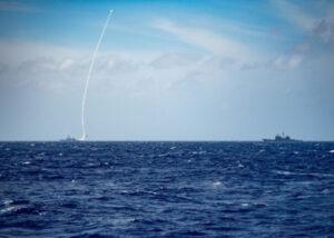 """美国第七舰队今(23)日下午于脸书发布消息指出,美军""""伯克级""""驱逐舰贝瑞号(USS Barry DDG-52)在南海进行实弹操演时,发射一枚飞弹,并执行战情中心操练。(图撷取自""""U.S. 7th Fleet""""脸书粉专)"""