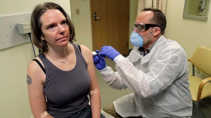 新冠肺炎疫苗的女人
