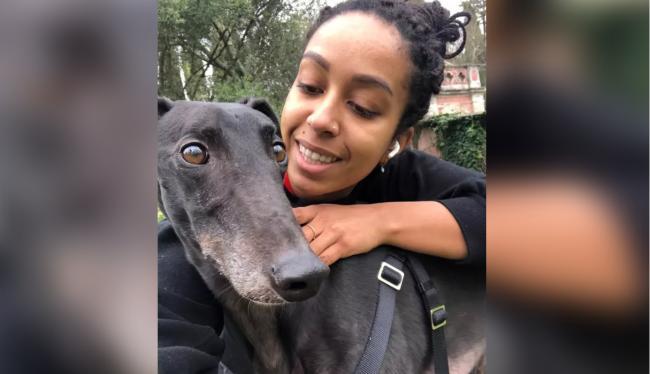 黑人女子和狗