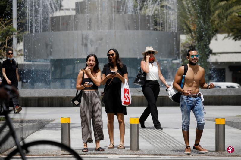 以色列卫生部宣布,由于大部分人接种了冠病疫苗,以色列疫情日趋缓和,新增确诊病例持续减少,人们在户外无需佩戴口罩,但在室内还需佩戴口罩,并保持社交距离。(路透社)
