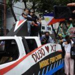 示威民众戴上菲律宾总统杜特尔特和中国国家主席习近平面具,讽刺杜特尔特的亲中政策