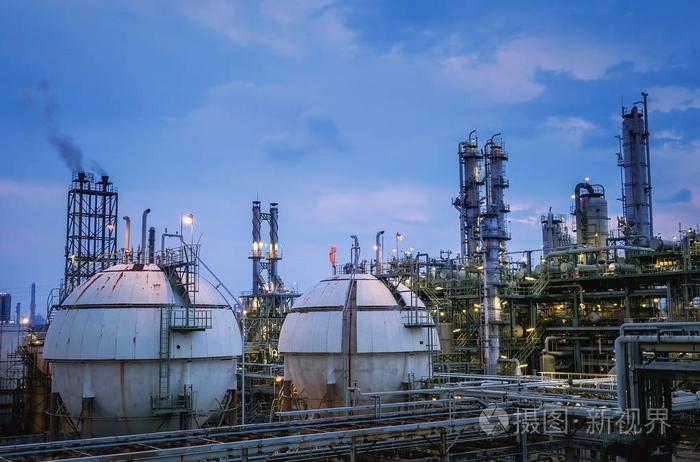 石油化工厂或石油天然气精炼厂,晚上有蓝天黄昏的储气罐照片-正版商用图片10exdg-摄图新视界