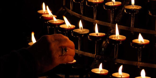 hand lighting candels