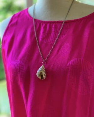 Vintage shell pendant necklace