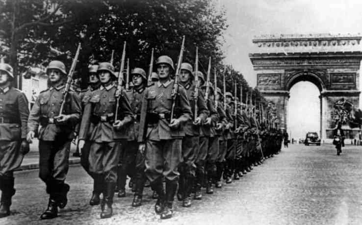 Paris_Nazis march down Champs Elysees on 14 June 1940