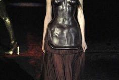McQueen's design-fashion-show