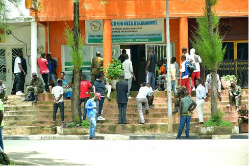 Nyarugenge: Hari bamwe biganiriraga 'babeshyana' ko coronavirus idafata abato. Si byo!