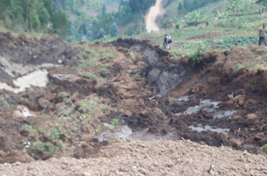 Karongi: Izuba riva umusozi waridutse ufunga umuhanda
