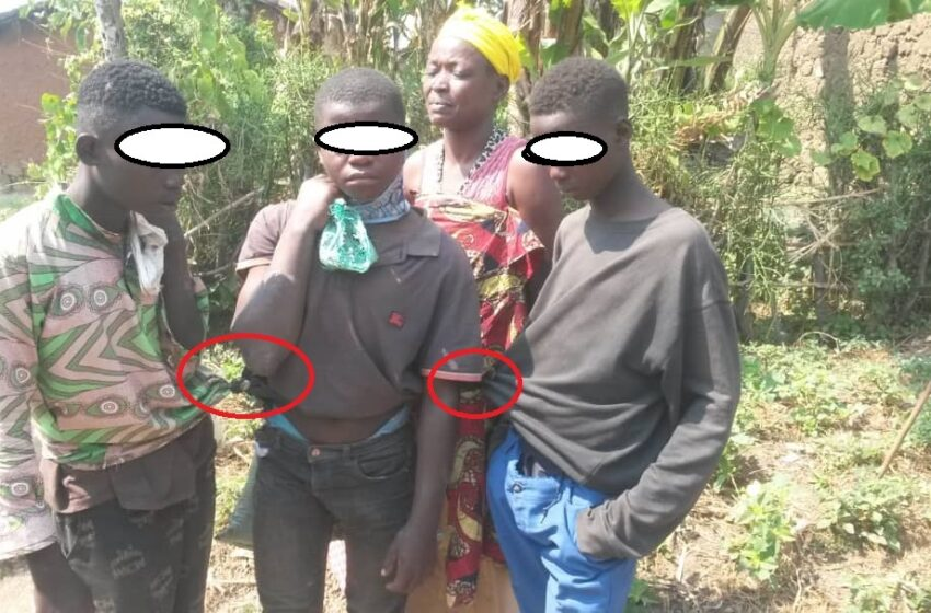 Karongi: Abaturage bafashe umugore n'abana be, bavuga ko bibye Inkoko