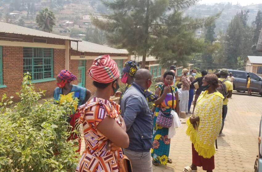 (VIDEO) Abafite ababo bafungiye ku mashuri ya Kimisagara barasaba ko bajyanwa mu Nkiko