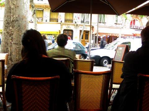 人们看外面的咖啡馆