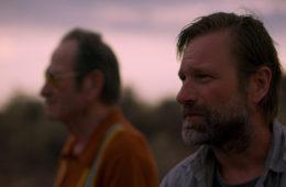 Aaron Eckhart and Tommy Lee Jones in Wander (2020)