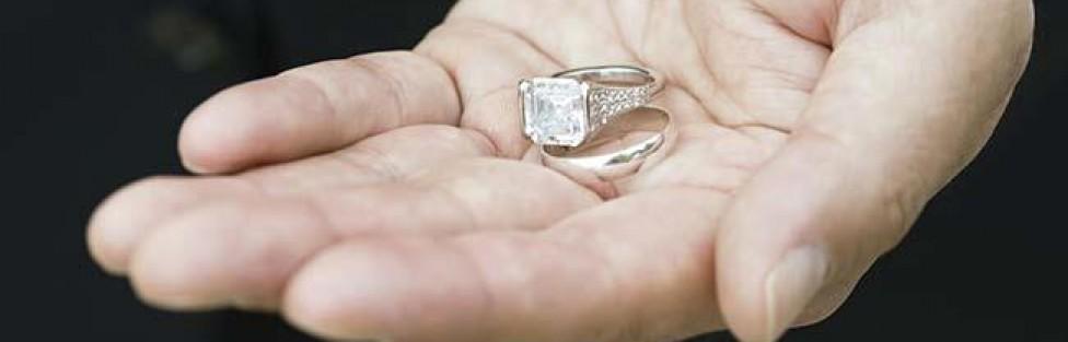 asian_man_holding_wedding_rings_BLD057876-976x313-1403307688