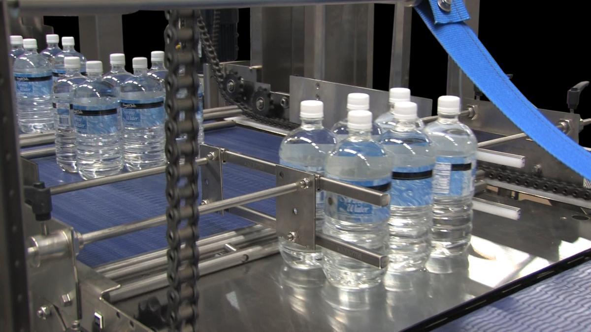 agua en un equipo de empaque termoencogible
