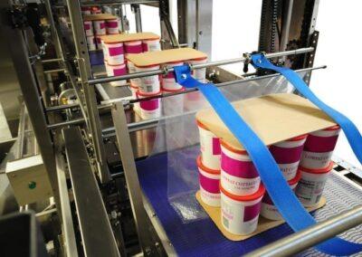 Pots de yaourts empilés avec plaques en carton pour la palettisation