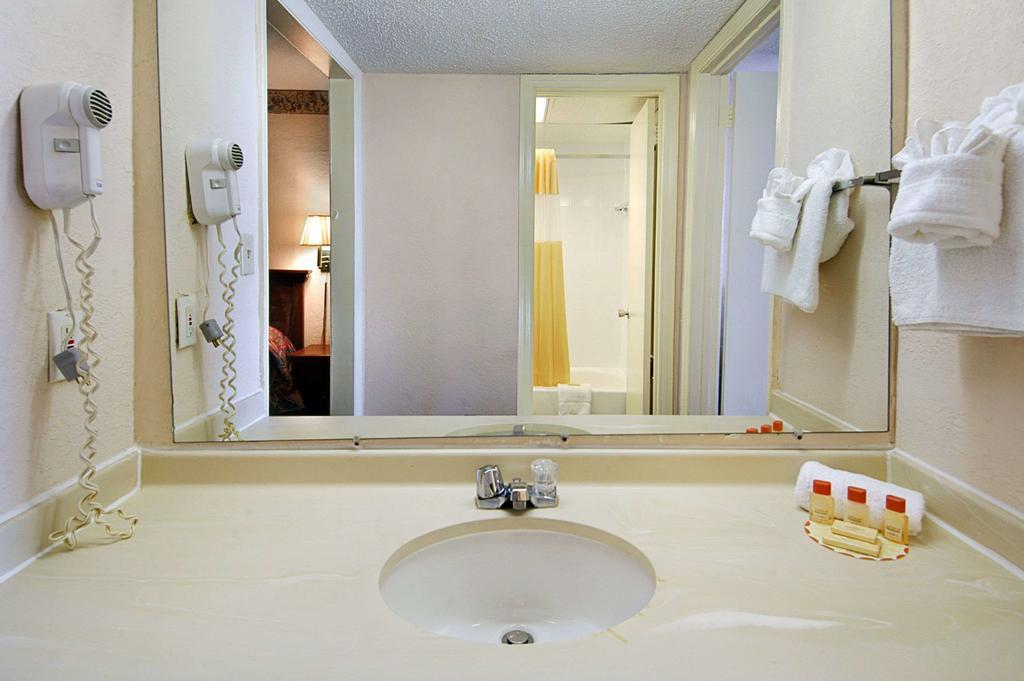 Days Inn by Wyndham Myrtle Beach SC bathroom