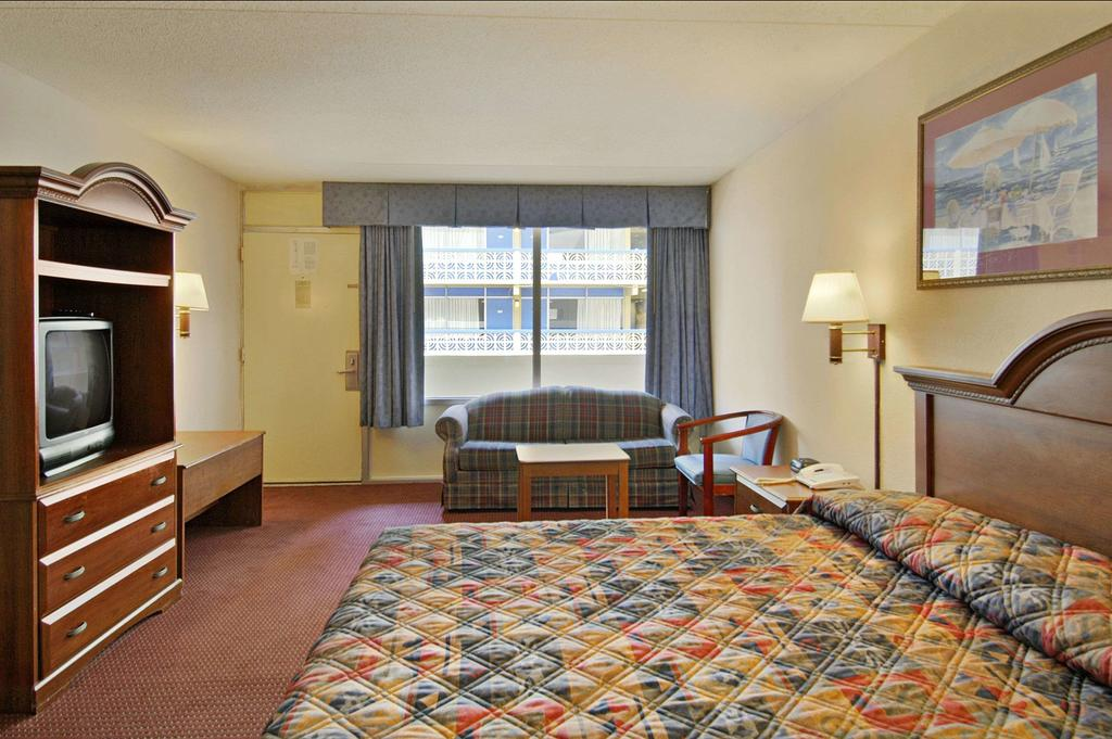 Days Inn by Wyndham Myrtle Beach SC bedroom 3