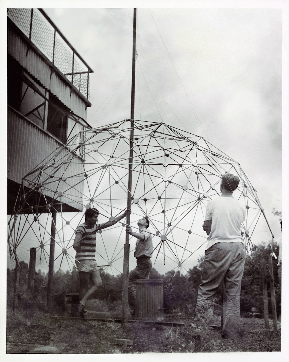 Black Mountain College: Buckminster Fuller Class, Lake Eden Campus Sommer, 1949. © Courtesy of Western Regional Archives, States Archives of North Carolina. Foto: Masato Nakagawa