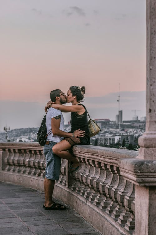 How to Tell When an Aquarius Man Is Falling For You