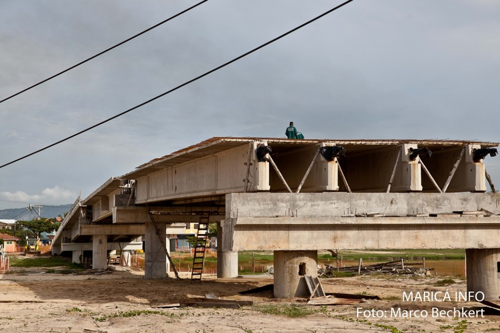 De acordo com a prefeitura, postes estravam atrapalhando o andamento da obra da Ponte da Barra. (Foto: Marco Bechkert | Maricá Info)