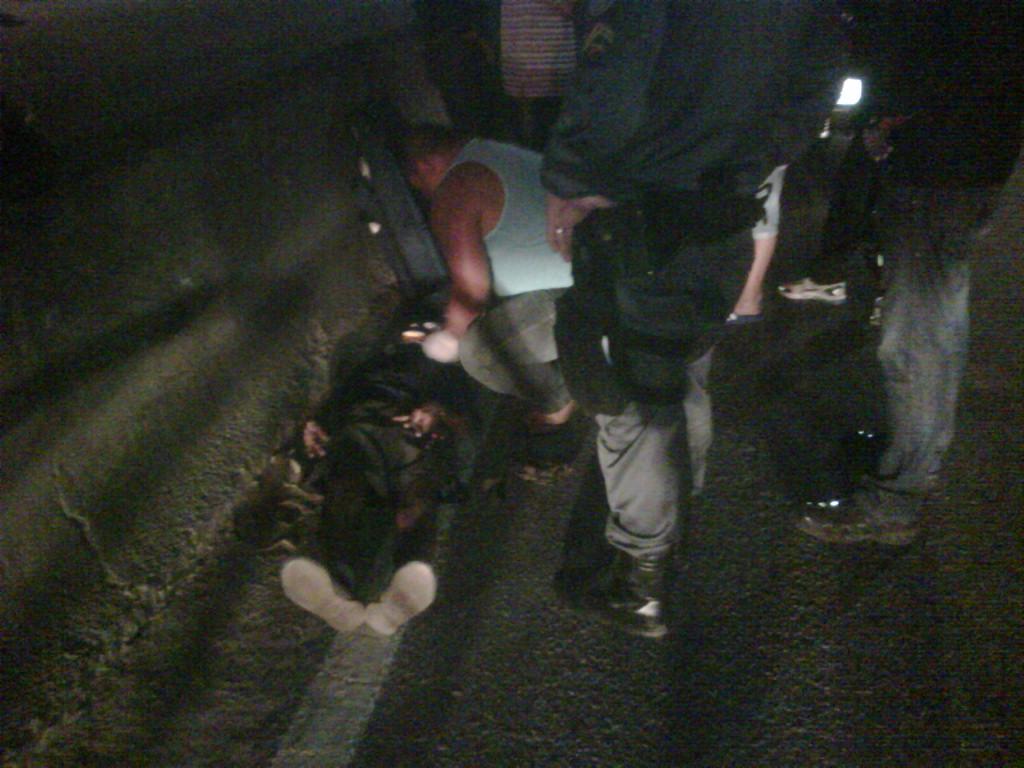 Bombeiros realizaram os primeiros socorros e encaminharam a vítima para o Hospital Municipal Conde Modesto Leal. (Foto: Internauta | Maricá Info)