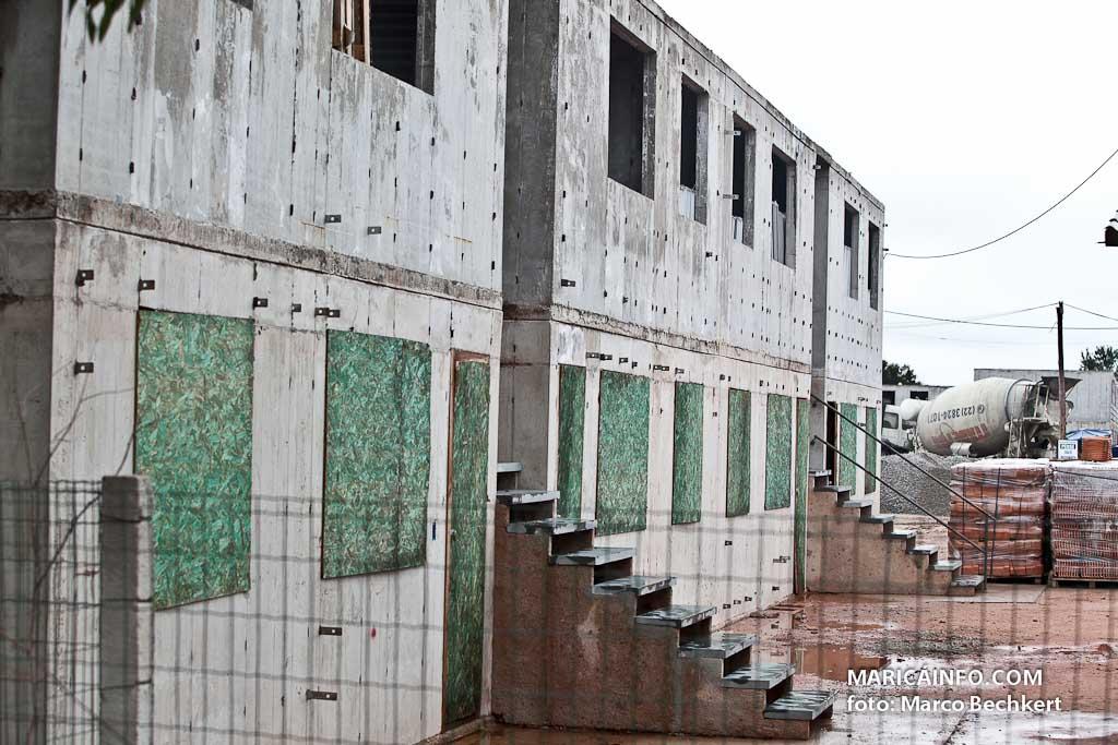 Primeiros andares já foram erguidos em Itaipuaçu. (Foto: Marco Bechkert | Maricá Info)
