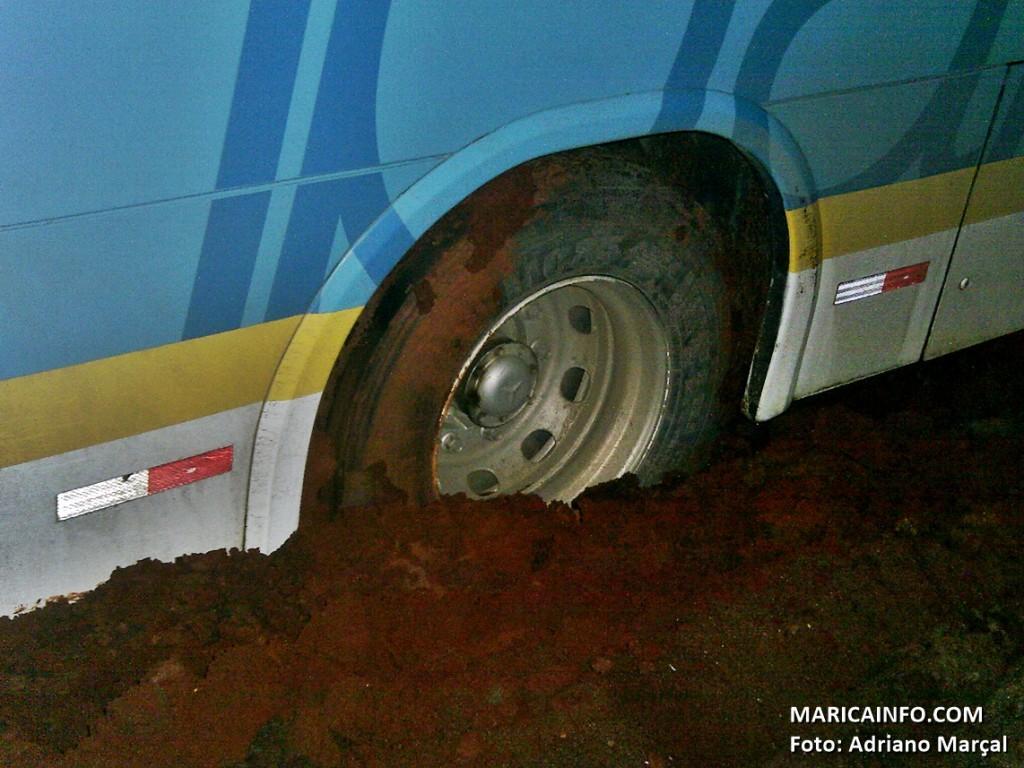 Ônibus atolou na noite desta quinta-feira (23). (Foto: Adriano Marçal   Maricá Info)