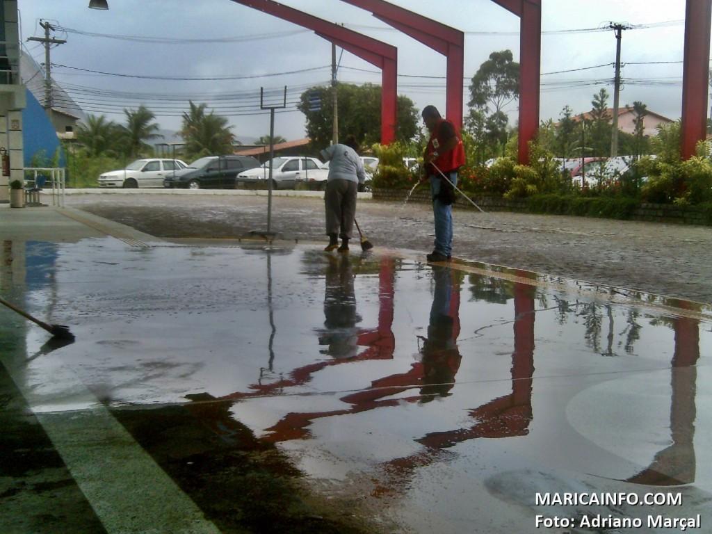 Funcionários do Terminal de Itaipuaçu trabalham para retirar água acumulada da forte chuva. (Foto: Adriano Marçal | Maricá Info)