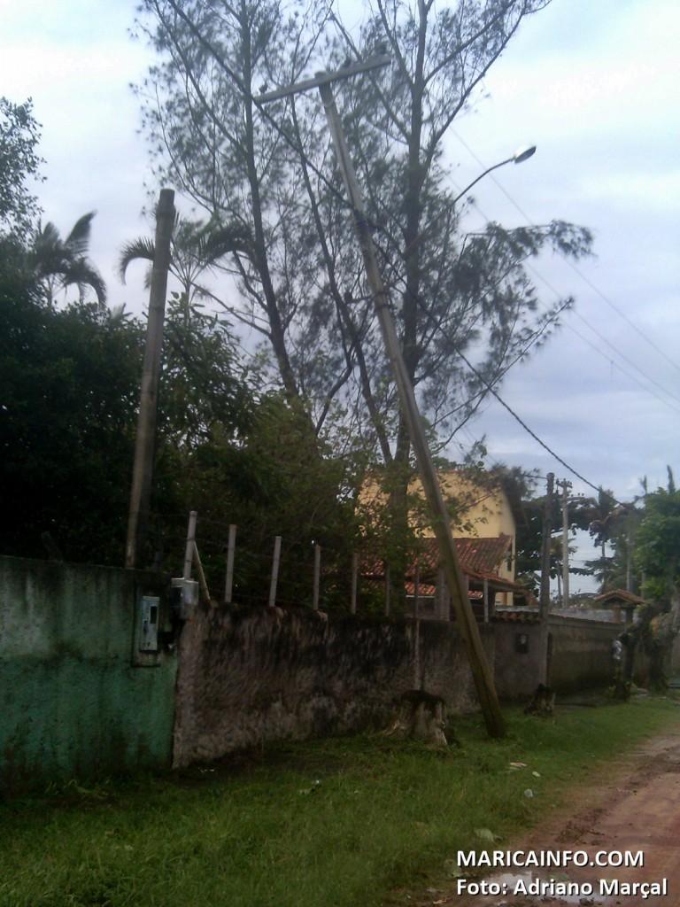 Poste tombou em Itaipuaçu. Chuva deixou diversos bairros sem energia elétrica. (Foto: Adriano Marçal | Maricá Info)