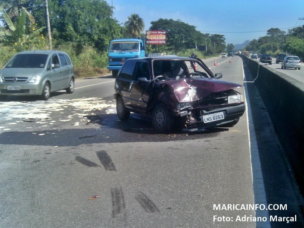 Colisão deixou o trânsito em meia pista no sentido Região dos Lagos. (Foto: Adriano Marçal   Maricá Info)