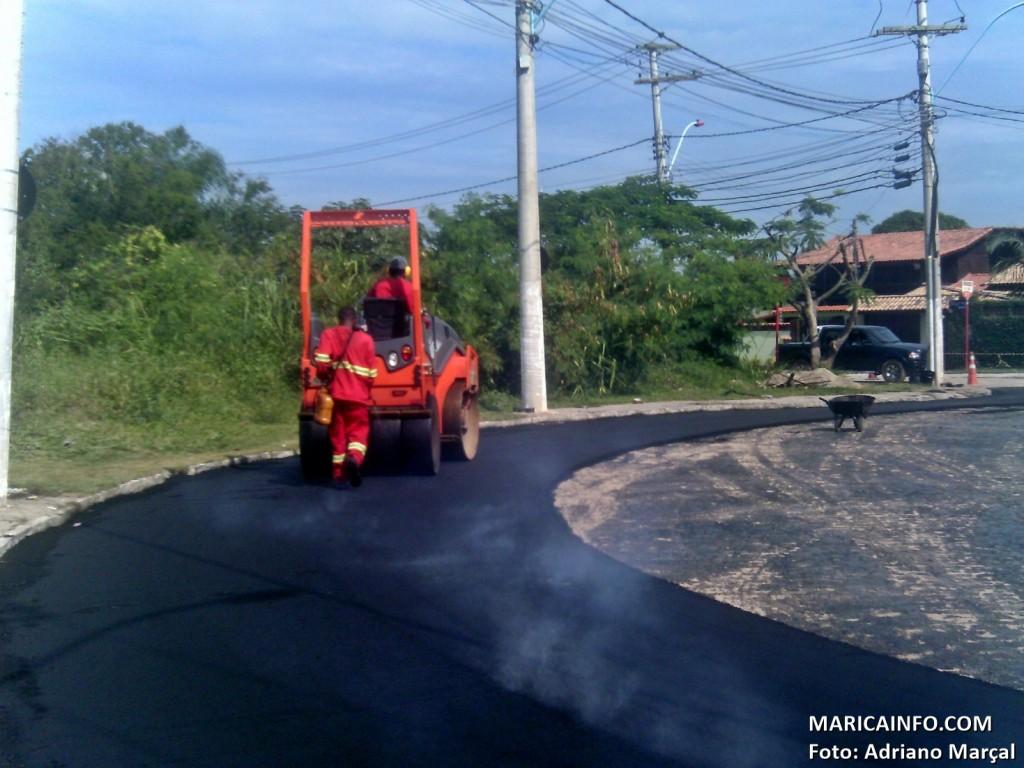 Asfaltamento do entorno do Terminal Rodoviário em Itaipuaçu está sendo realizado pela prefeitura. (Foto: Adriano Marçal | Maricá Info)