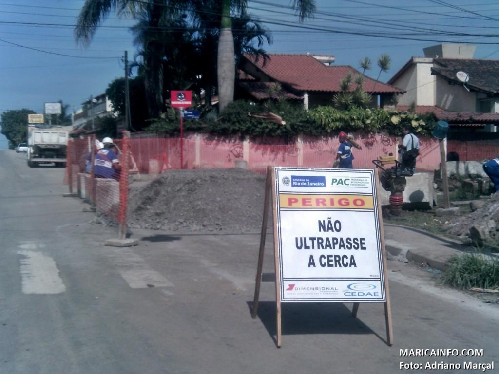 Funcionários da CEDAE trabalham na colocação de tubulação em Itaipuaçu. (Foto: Adriano Marçal | Maricá Info)