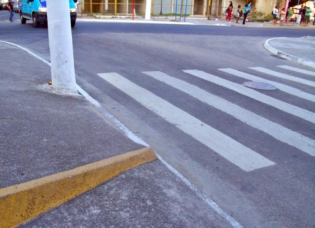 Ruas sem acessibilidade alguma. Rampas fora de padrão e calçadas irregulares.