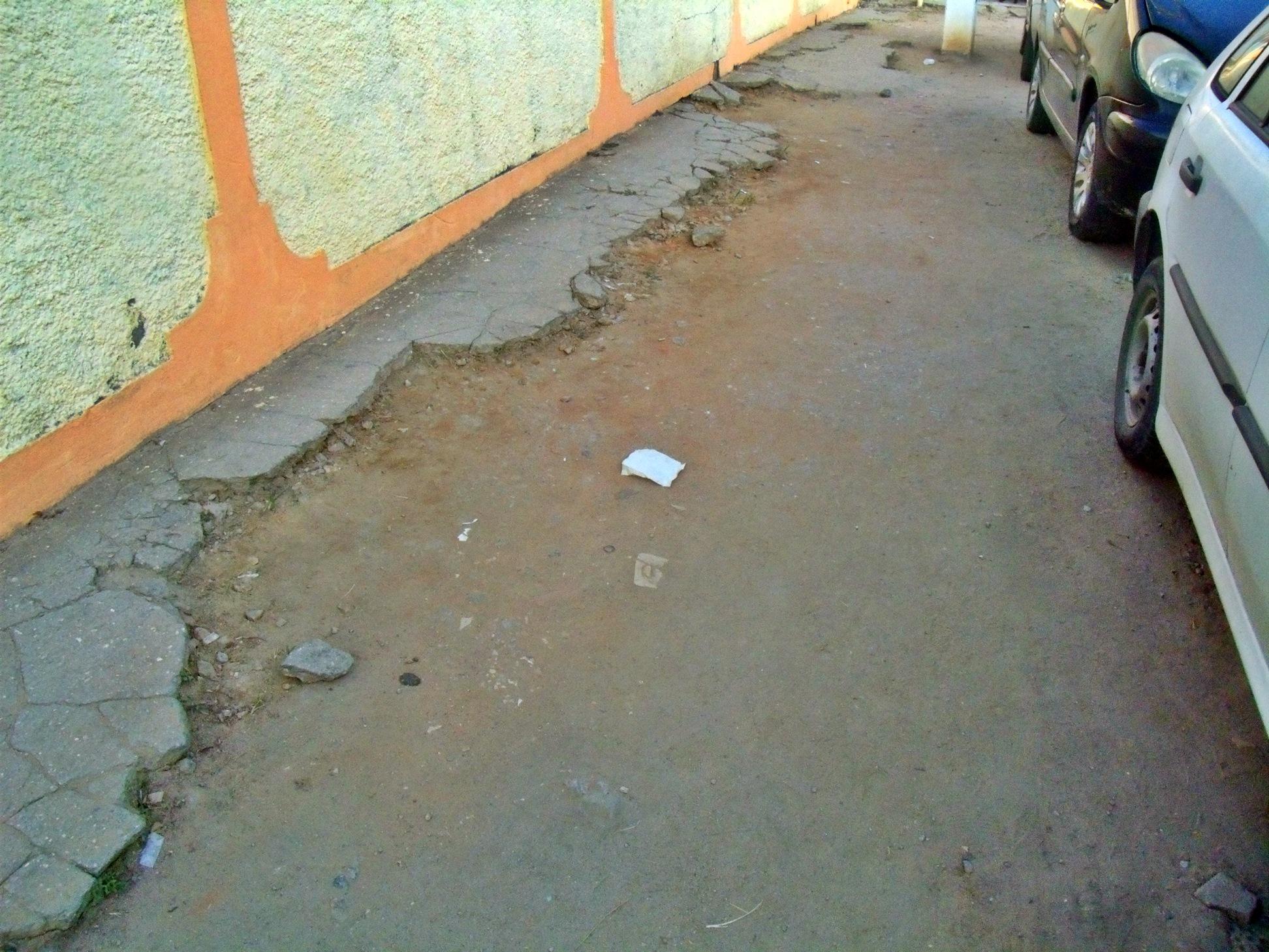 Calçadas irregulares e sem acessibilidade.