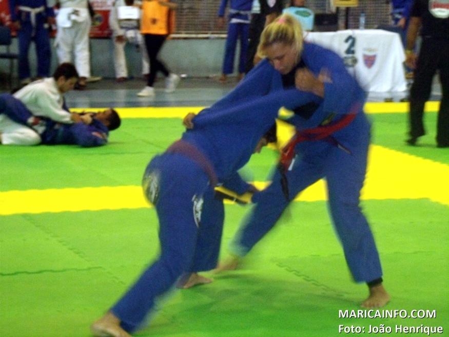 Mariane venceu a primeira adversária no absoluto e conquistou a medalha de prata. (Foto: João Henrique | Maricá Info)