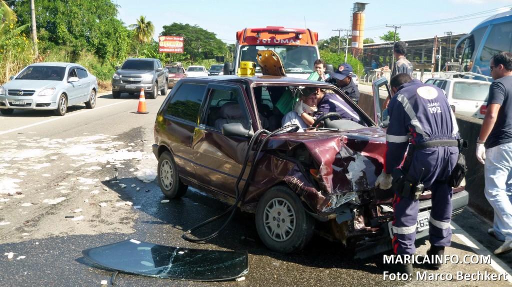 Motorista ficou ferido e foi encaminhado pelos médicos do SAMU para o HMCML. (Foto: Marco Bechkert   Maricá Info)