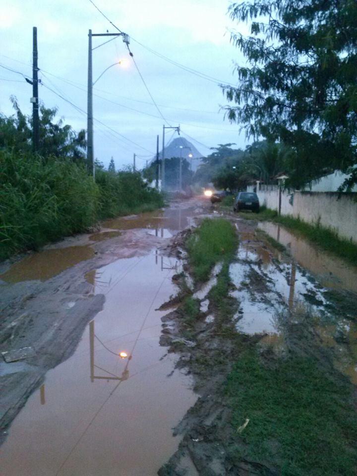 Rua das Margarias intransitável. Últimas chuvas deixou a via completamente cheia de lama em Itaipuaçu.