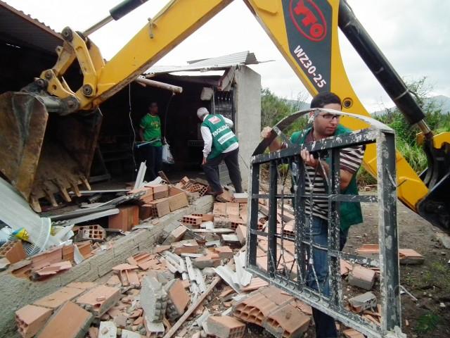 Funcionários da prefeitura trabalham na demolição de casa irregular na Gamboa. (Foto: Fernando Silva | PMM)