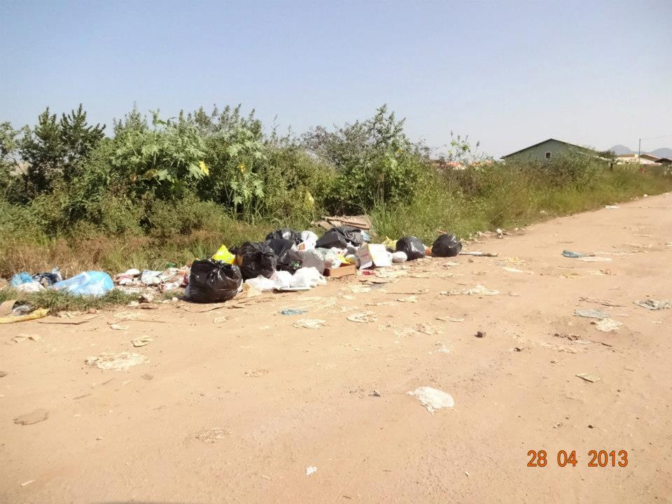 Lixo acumulado em esquina em Itaipuaçu. (Foto: Mariana Thomme | Internauta)