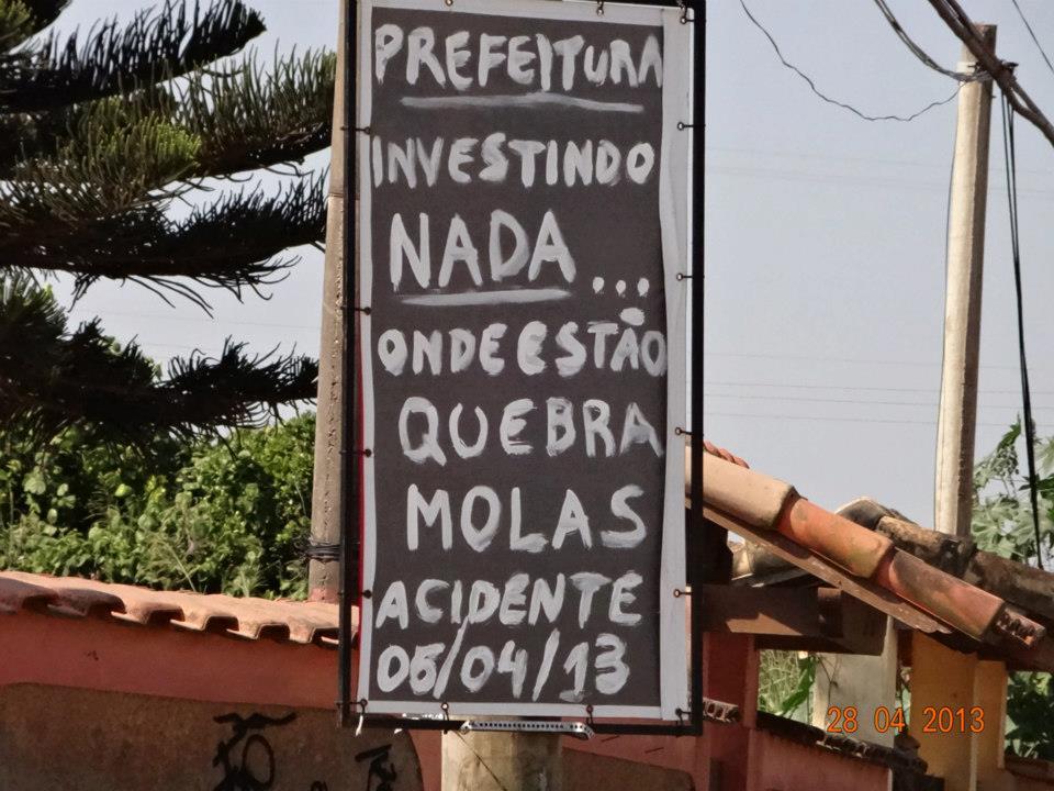 Moradores revoltados invertem placa de obras em protesto. (Foto: Mariana Thomme | Internauta)