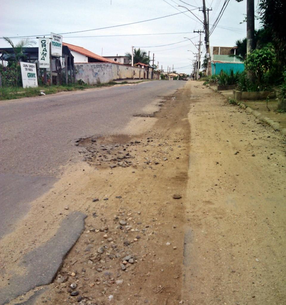 Buracos causado pela CEDAE causam transtorno em Cordeirinho, Maricá - RJ. (Foto: João Henrique | Maricá Info)
