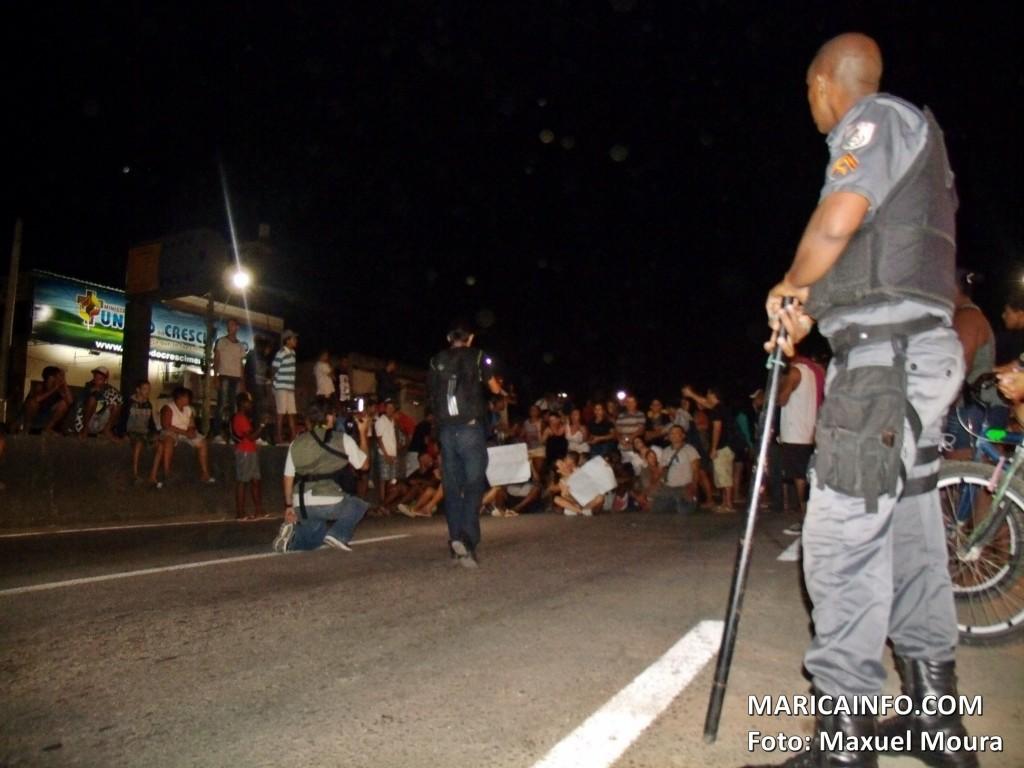 Polícia expulsou um grupo que insistia em fechar a rodovia. (Foto: Maxuel Moura | Maricá Info)