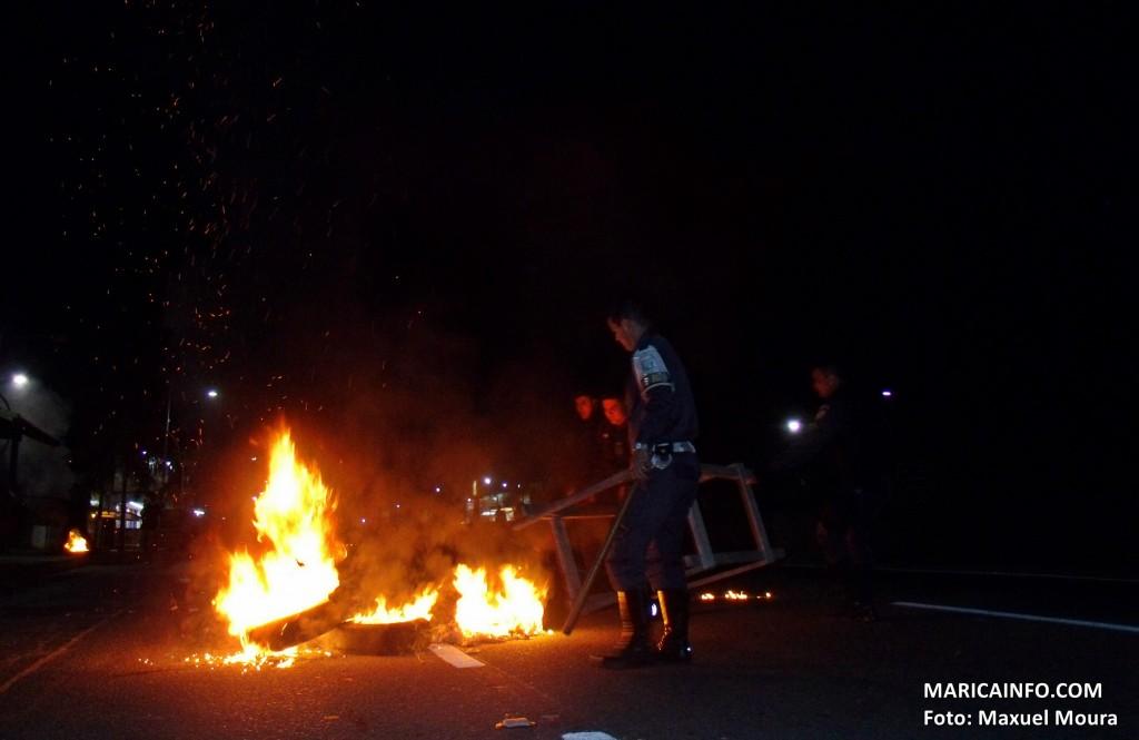 Um grupo de arruaceiros ateou fogo em pneus e bloquearam a RJ106. (Foto: Maxuel Moura | Maricá Info)