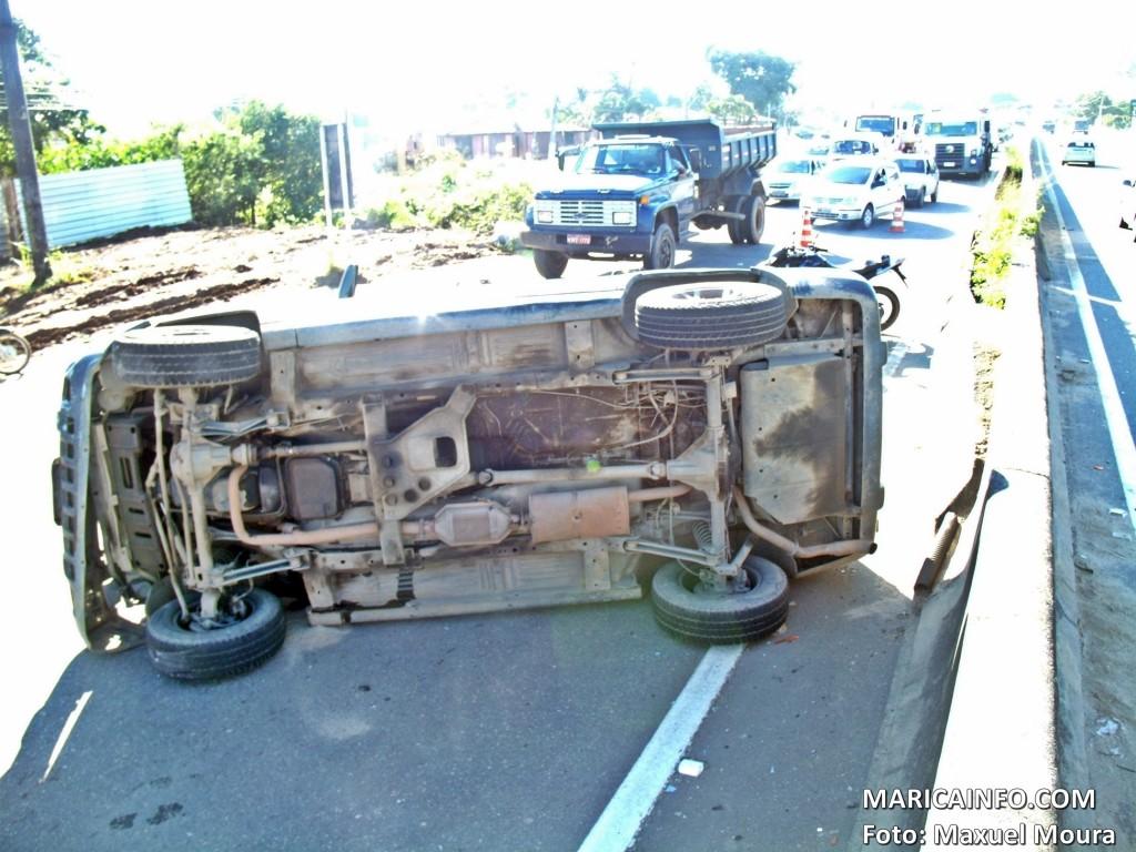 Carro capotou e deixou dois feridos em Maricá. (Foto: Maxuel Moura   Maricá Info)
